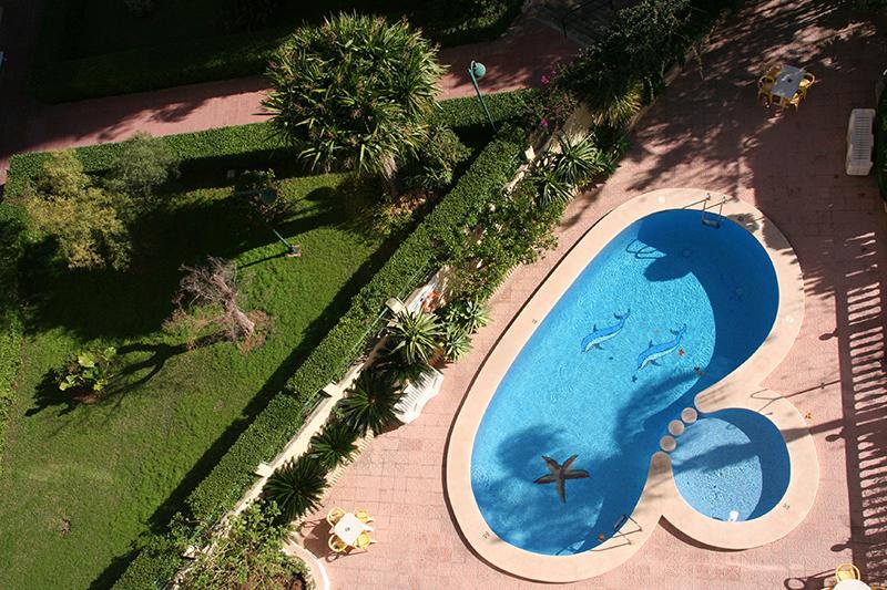 piscina y jardin apartamentos Maria Victoria Benidorm