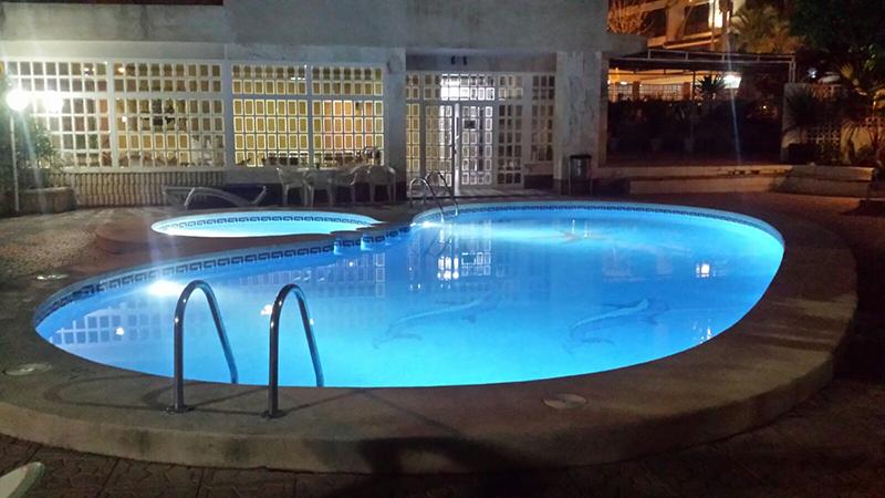 piscina noche apartamentos maria victoria Benidorm